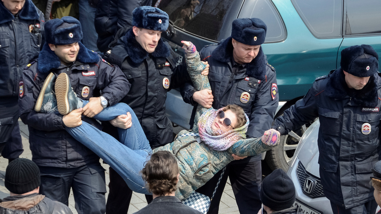 Police officers detain an opposition supporter during a rally in Vladivostok, Russia, March 26, 2017.  REUTERS/Yuri Maltsev - RTX32QYD